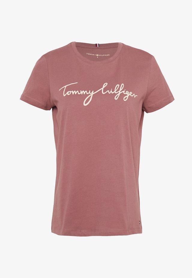 CREW NECK GRAPHIC TEE - T-shirt z nadrukiem - misty red