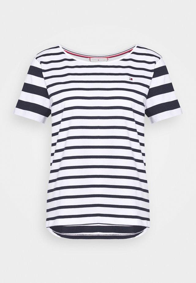 CANDICE - Camiseta estampada - breton white/desert sky