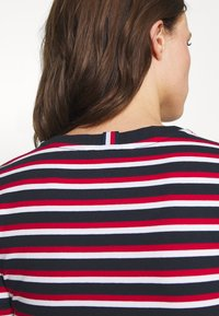 Tommy Hilfiger - ESSENTIAL ROUND - Print T-shirt - ombre/primary red - 5