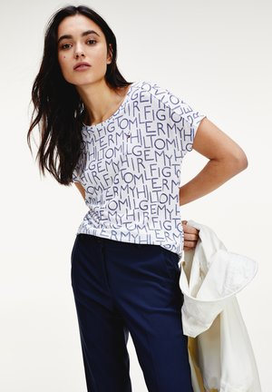 ALEXIS - T-shirt z nadrukiem - tommy spell out small / white