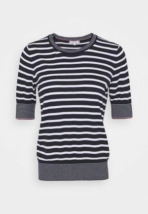 KANDEE  - T-shirts med print - desert sky/white
