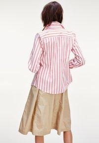 Tommy Hilfiger - LACIE  - Button-down blouse - bitonal stp bright vermillion - 2
