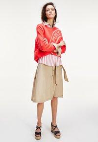 Tommy Hilfiger - LACIE  - Button-down blouse - bitonal stp bright vermillion - 1