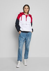 Tommy Hilfiger - CORY PACKABLE POPOVER - Lehká bunda - white red - 1