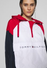 Tommy Hilfiger - CORY PACKABLE POPOVER - Lehká bunda - white red - 3