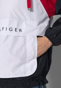 Tommy Hilfiger - CORY PACKABLE POPOVER - Lehká bunda - white red - 5