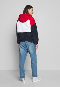 Tommy Hilfiger - CORY PACKABLE POPOVER - Lehká bunda - white red - 2