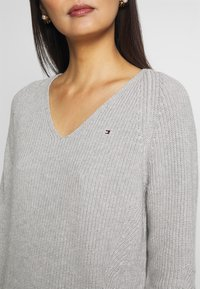 Tommy Hilfiger - HAYANA  - Strikkegenser - light grey heather - 5