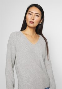 Tommy Hilfiger - HAYANA  - Strikkegenser - light grey heather - 3