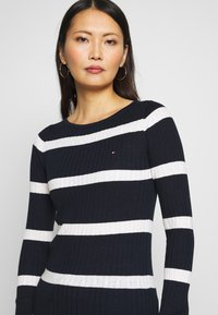 Tommy Hilfiger - STRIPE CABLE BOAT - Sweter - navy/snow white - 4