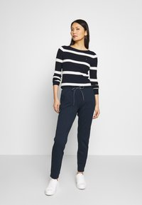 Tommy Hilfiger - STRIPE CABLE BOAT - Sweter - navy/snow white - 1