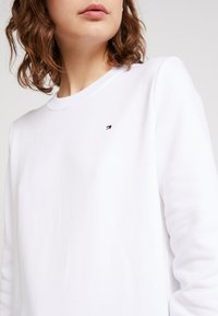 Tommy Hilfiger - HERITAGE CREW NECK  - Sweatshirt - classic white - 4