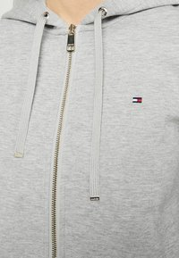 Tommy Hilfiger - HERITAGE ZIP THROUGH HOODIE - veste en sweat zippée - light grey - 5