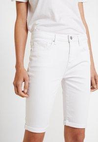 Tommy Hilfiger - VENICE SLIM BERMUDA - Szorty jeansowe - white - 5