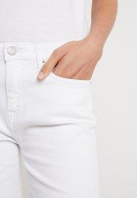Tommy Hilfiger - VENICE SLIM BERMUDA - Szorty jeansowe - white - 3