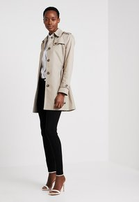 Tommy Hilfiger - HERITAGE SINGLE BREASTED - Trenchcoat - medium taupe - 1