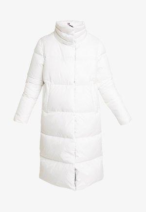 PEARL COAT - Dunkåpe / -frakk - white