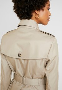Tommy Hilfiger - HERITAGE SINGLE BREASTED TRENCH - Trenchcoat - medium taupe - 5