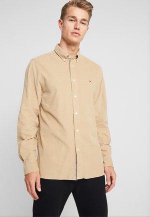 GARMENT DYED - Camisa - beige