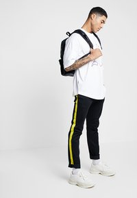 Tommy Hilfiger - LEWIS HAMILTON PANEL CHINO - Chino kalhoty - black - 1