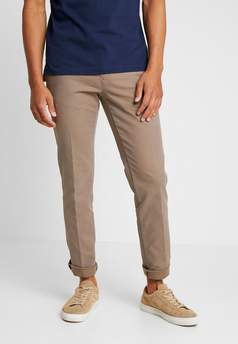Tommy Hilfiger - DENTON STRUCTURE  - Pantalones chinos - camel