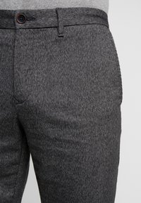 Tommy Hilfiger - DENTON LOOK - Chinos - black - 4
