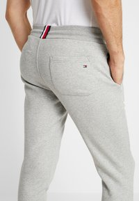 Tommy Hilfiger - BASIC BRANDED  - Tracksuit bottoms - grey - 3