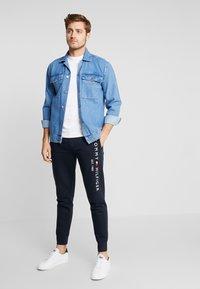 Tommy Hilfiger - BASIC BRANDED  - Pantalon de survêtement - blue - 1
