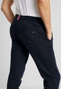 Tommy Hilfiger - BASIC BRANDED  - Pantalon de survêtement - blue - 3