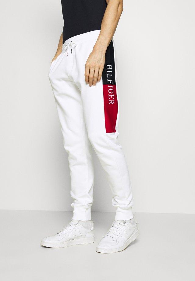 INTARSIA - Pantaloni sportivi - white