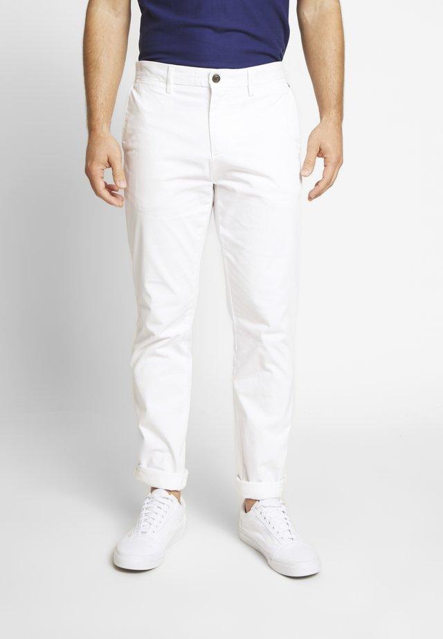 DENTON FLEX - Pantalones chinos - white