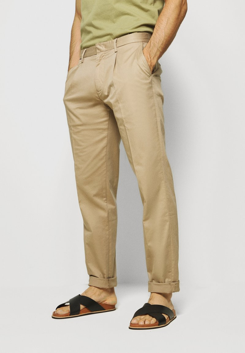 Tommy Hilfiger - TAPERED SUMMER FLEX - Kangashousut - beige