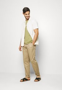 Tommy Hilfiger - TAPERED SUMMER FLEX - Kangashousut - beige - 1