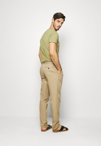 Tommy Hilfiger - TAPERED SUMMER FLEX - Kangashousut - beige - 2