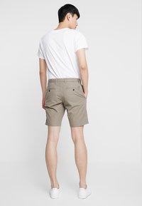 Tommy Hilfiger - BROOKLYN - Shorts - brown - 2