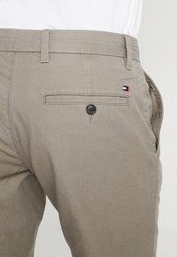 Tommy Hilfiger - BROOKLYN - Shorts - brown - 3