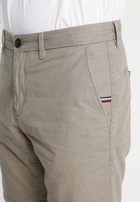 Tommy Hilfiger - BROOKLYN - Shorts - brown - 5