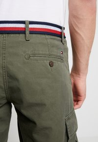 Tommy Hilfiger - JOHN BELT - Shorts - green - 5