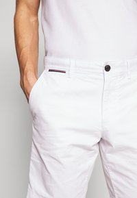 Tommy Hilfiger - BROOKLYN SHORT LIGHT TWILL - Shorts - white - 3