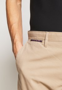 Tommy Hilfiger - BROOKLYN SHORT LIGHT TWILL - Shorts - beige - 4
