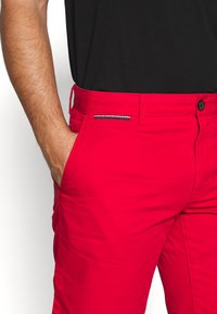 Tommy Hilfiger - BROOKLYN SHORT LIGHT TWILL - Shorts - red - 5