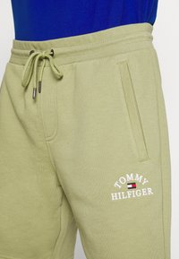 Tommy Hilfiger - BASIC EMBROIDERED  - Shorts - green - 5