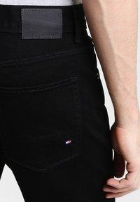 Tommy Hilfiger - DENTON - Straight leg jeans - clean black - 4