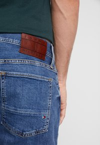 Tommy Hilfiger - DENTON AYNOR - Jeans straight leg - denim - 4