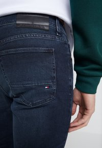 Tommy Hilfiger - EXTRA SLIM LAYTON BURKE BLUE - Jeansy Slim Fit - dark-blue denim - 5