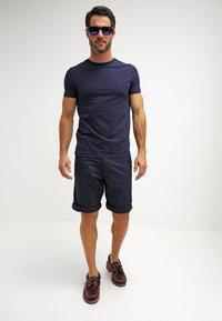Tommy Hilfiger - NEW STRETCH TEE C-NECK - T-Shirt basic - navy blazer - 1