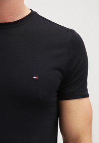 Tommy Hilfiger - NEW STRETCH TEE C-NECK - T-shirt basic - flag black - 4