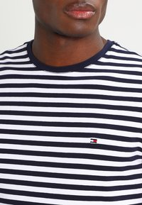 Tommy Hilfiger - STRETCH SLIM FIT TEE - Triko s potiskem - blue - 3