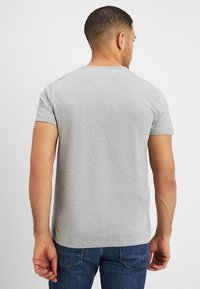 Tommy Hilfiger - LOGO TEE - T-shirt con stampa - grey - 2