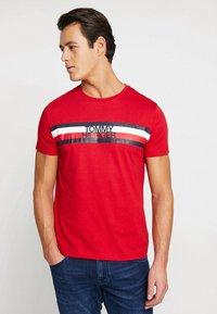 Tommy Hilfiger - LOGO TEE - T-Shirt print - red - 0